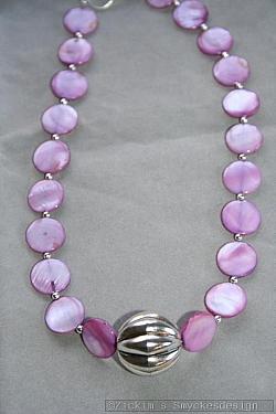 HA146 Purple pumpkin: Halsband (40 cm) med ljuslila snäckskalspärlor samt en stor silverfärgad boll...95:- 55:-