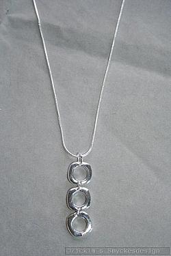 AS009 Silver cubes: Halsband (50 cm)med läckert hänge i äkta silver (stämplad 925)...150:- SÅLD