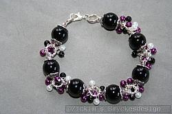 AR159 Black rain: Armband med svarta pärlor samt små pärlor i vitt/svart/lila...99:- SÅLD