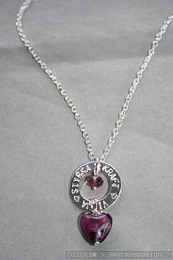 NA030 Power of the heart: Halsband (42 cm kedja) med en stansad ring med texten