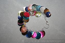 AR163 Color flakes: Armband med snäckskalsplattor i olika färger...100:- 70:-