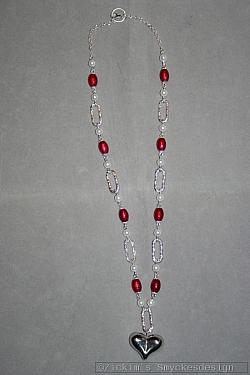 HA148 Christmas heart: Halsband (48 cm) med vita och röda pärlor samt ett hjärta...105:- 75:-
