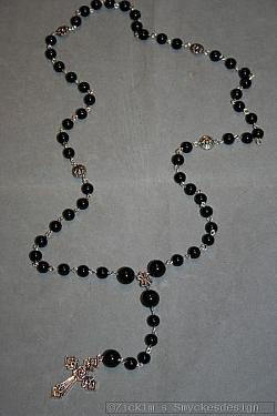 KI016 Black rosary: Långt halsband (76 cm + 15 cm hänge) med svarta pärlor och ett kors...120:-