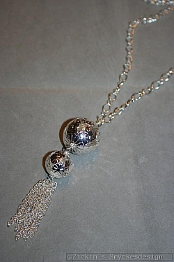 HA149 Flower balls: Halsband (80 cm + 10 cm hänge) med två silverfärgade bollar samt ett kedjehänge...105:-