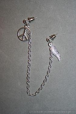 OR072 Wing peace: Örhänge för två hål med peace märke och änglavinge...65:- 35:- SÅLD