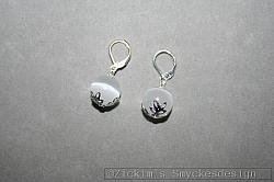 OR074 White christmas: Örhängen med vita cateye pärlor...60:- SÅLD