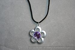 HA158 Big flower: Halsband med en stor blomma på mockaband...75:- 45:- SÅLD