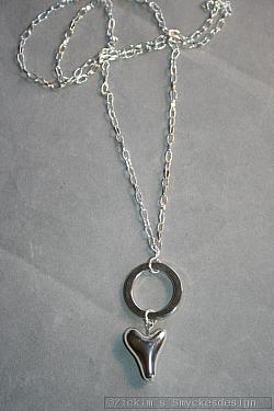 HA162 Heart ring: Halsband (70 cm) med en ring och ett hjärta...110:- SÅLD