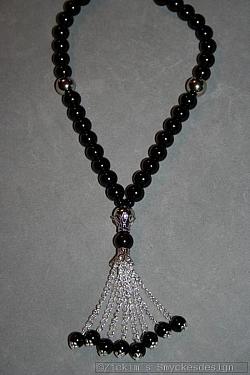 HA155 Hanging pearls: Halsband (44 cm + 10 cm hänge) med stora svarta pärlor samt ett pärlhänge...125:- 89:-