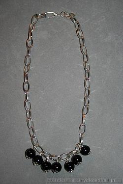 HA154 Black seven: Halsband (47 cm) med grov kedja samt 7 stora svarta pärlor...99:- 59:-