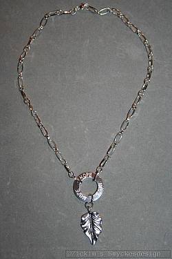 NA031 Hope leaf: Halsband (40 cm) med en stansad ring med texten