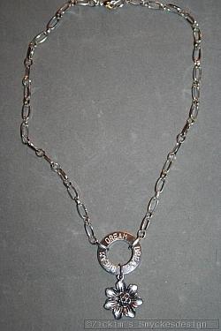 NA032 Dream flower: Halsband (40 cm) med en stansad ring med texten