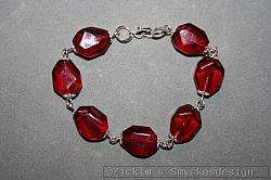 AR172 Red candy: Armband med röda glaspärlor...85:- 45:-