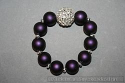 AR174 Rubber ball: Elastiskt armband med lila gummibeklädda pärlor och en stor strass boll...130:-