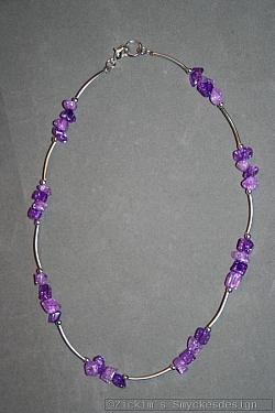 HA164 Chip string: Kort halsband (40 cm) med lila glaschips och silverfärgade rör...79:-