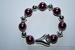 AR181 Big heart: Elastiskt armband med ett stort hjärta samt lila pärlor...95:-