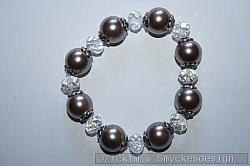 AR180 White swarovski: Elastiskt armband med vita swarovski pärlor samt stora brunrosa pärlor...99:-