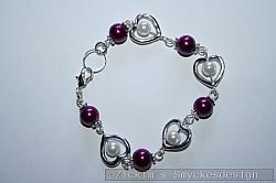 AR175 Small hearts: Armband med små hjärtan samt vita och lila pärlor...79:-