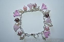 AR176 Pink flowers: Armband med rosa blommor samt vita sötvattenspärlor...105:- 70:-