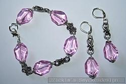 SE056 Purple inca: Armband + örhängen medljusrosa (ser lila ut på bilden)glaspärlor samt snirkliga mellandelar...105:- 75:-