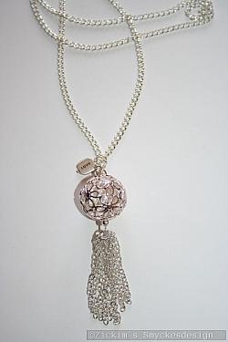 HA170 Flower ball: Halsband (70 cm) med en stor blommig boll samt ett kedje hänge...115:-