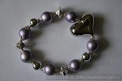 AR183 Drizzle heart: Elastiskt armband med lila drizzlepärlor samt ett stort hjärta...95:- 65:-