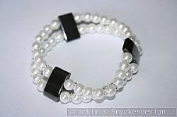 AR182 White hematit: Elastiskt armband med vita pärlor samt mellandelar i hematit...95:-          SÅLD