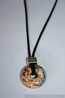 HA172 Nature cirkel: Halsband (45 cm) med en stor naturfärgad stenpärla (33mm) på svart mockaband...110:-