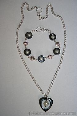 SE057 Hematit heart: Smyckesset (halsband 45 cm)med hematithjärta och ringar samt vita pärlor...139:-          (Halsband SÅLD, armband 79:-)