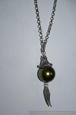 HA173 Green wing: Halsband (75 cm) med en stor grön pärla (22mm) samt en vinge...120:-