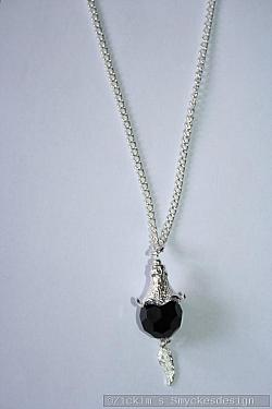 HA174 Black wing: Halsband (75 cm) med en svart facetterad pärla samt en vinge...110:-