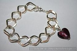 AR184 Big link purple: Armband med stora länkar samt ett lila murano hjärta...80:-