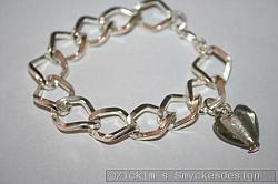 AR185 Big link grey: Armband med stora länkar samt ett grått murano hjärta...80:-