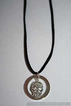 HA180 Death ring: Halsband i mockaband (45 cm lång) med en döskalle i strass...105:- SÅLD