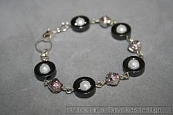 AR190 Hematite ring: Armband med hematit ringar samt små silverblommor...79:-