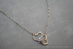 G6: Halsband (40 cm + 5 cm förlängninskedja) med ett dubbelhjärta med äkta swarovski stenar i vitt...120:-