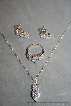 G7: Smyckesset med halsband (40 cm lång), örhängen och ring (stl 15) med äkta swarovski stenar...169:-SÅLD