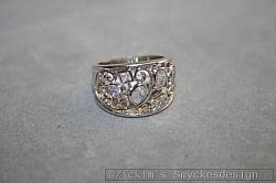 G11: En ring (stl 17,5) med äkta swarovski stenar...110:- SÅLD