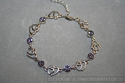 G9: Armband med lila äkta swarovski stenar samt små hjärtan...110:- SÅLD