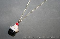 HA178 Cupcake neck: Halsband (80 cm lång)med en cupcake gjort i cernitlera...75:- SÅLD