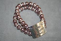 AR196 Happy 2 row: Elastiskt armband med brunrosa glaspärlor och en bricka med texten