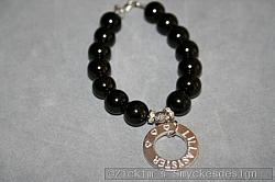 NA036 Little sister: Armband med svarta glaspärlor samt en stansad ring med texten