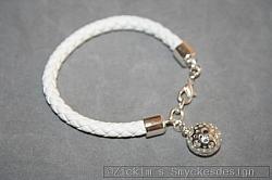 AR199 Leather ball: Armband i vitt läder med en ihålig boll...95:-