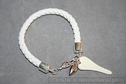 AR200 Leather hearts: Armband i vitt läder med två hjärtan...95:- SÅLD