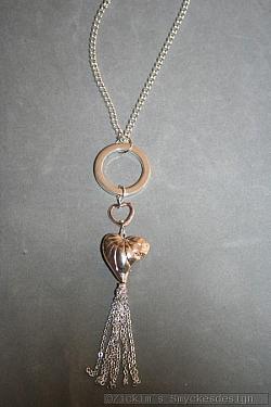 HA181 Double heart: Halsband (80 cm lång) med en ring och två hjärtan samt ett tofs hänge...120:- SÅLD