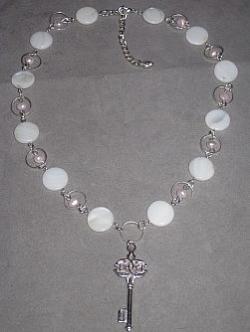 HA076 Key neckless: Halsband med vita snäckskals pärlor samt rosa sötvattens pärlor och en nyckel som hänge...110:- SÅLD  För att se en större bild, klicka på denna länk.