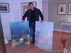 Johan Jönsson med två av sina oljemålningar.