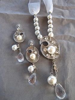 G1: Vackert halsband med vita pärlor, strass och organzaband samt tillhörande örhängen...250:- SÅLD Designer: Okänd (handgjort i Turkiet)