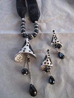 G2: Vackert halsband med svarta pärlor, strass och organzabandmed tillhörande örhängen...250:- SÅLD Designer: Okänd (handgjort i Turkiet)