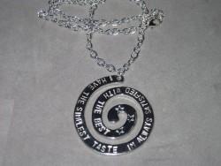NA018 Simplest taste: Halsband med 50 cm lång kedja och texten